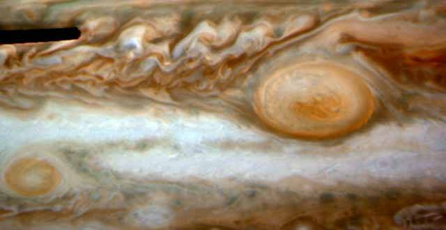 Král sluneční soustavy. Přesně tento urozený titul je jako ušitý pro největší planetu solárního systému Jupiter(u?). Tento plynný obr je charakteristický nejen svými rozměry, ale i svým zbarvením. Vzhledem k proudění atmosféry se zde tmavší pásy střídají se světlejšími. Takový obrázek Jupiteru je znám z každé učebnice základní školy. Jenže, jak se zdá, tvář krále se pomalu mění…
