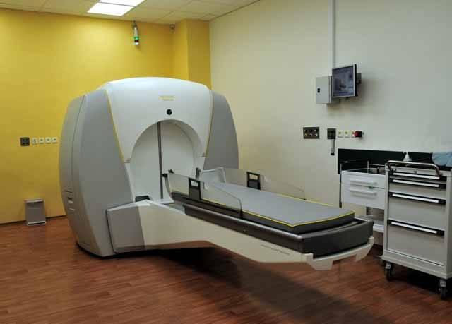 Na zhoubné i nezhoubné mozkové nádory, mozkové cévní choroby či funkční mozková onemocnění, která vedou např. k poruchám hybnosti či neztišitelným bolestem, moderní medicína využívá léčbu zářením.