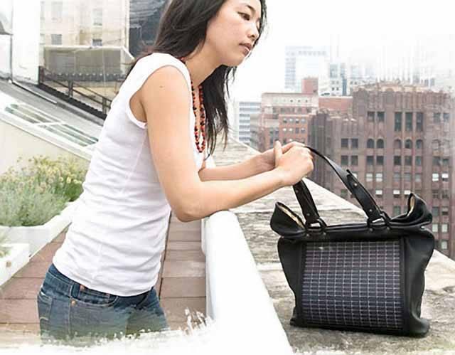 Dáma bez kabelky? To je skoro nepředstavitelné. Ale autorství kabelek již není jen výsadou módních návrhářů. Nejnovější technologie pronikají i do oblastí, které jim dříve byly zapovězeny.