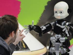 První gesta, která se děti naučí opakovat po svých rodičích, dokáží na tvářích maminek i tatínků vykouzlit zářivý úsměv. Nejinak se asi tvářili korejští inženýři, když jim stejná věc podařila u jejich umělých dětí – robotů.