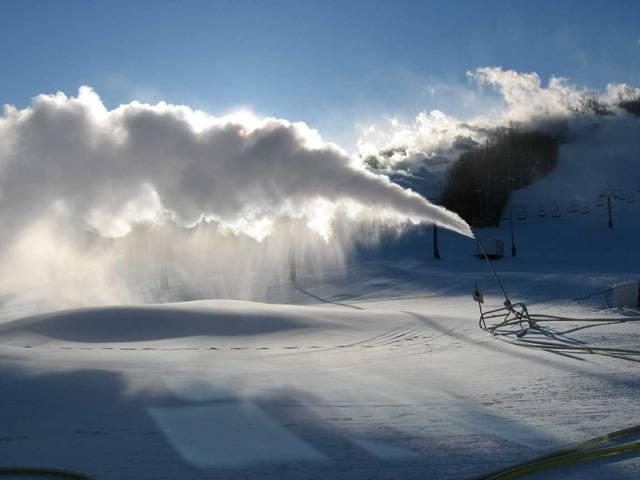 Lyžařská sezona je v plném proudu a tam, kde napadl dostatek sněhu, je vlekařům hej. Ale co v nižších polohách, kde sníh chybí a teploty ne a ne spadnout pod nulu? Tady přichází na pomoc nový vynález izraelských vědců, který dokáže vyrobit sníh i uprostřed rozpálené pouště.