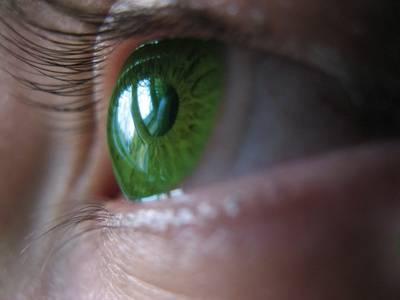 Kontaktní čočky využívají denně milióny lidí na celém světě. Řada z nich již měla bohužel příležitost poznat, jak úporné dokáží být bakteriální infekce, které se do oka dostávají spolu s čočkami. Díky objevu  amerických vědců by mohlo těmto nepříjemnostem v budoucnu zcela odzvonit.