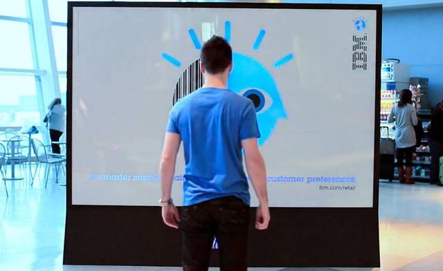 Obchodníci v honbě za ziskem používají ty nejmodernější a nejvykutálenější zbraně. Jednu z nich jim do ruky vložila společnost IBM. Má podobu obzvlášť chytré reklamní tabule, která s potenciálními zákazníky dokáže jednat individuálně.