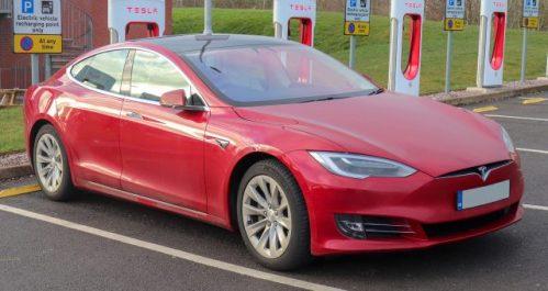 Muskova Tesla Model S uspěla v Kalifornii. Teď se pokusí o traťový rekord v Nürburgringu