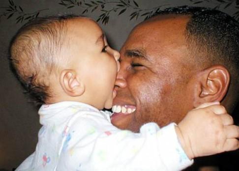 Tátové se zájmem o mimina mají hodnější děti