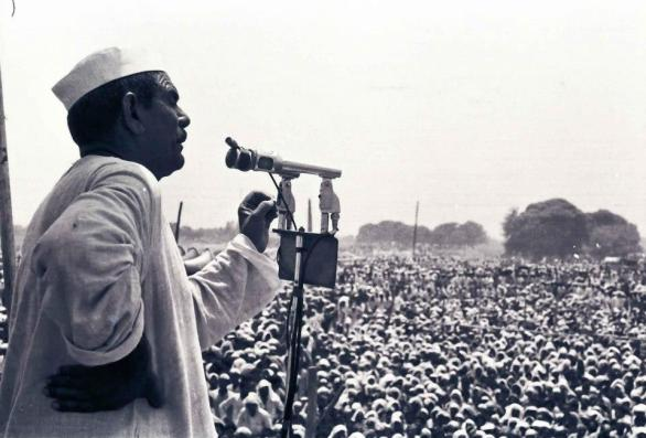 Chaudhary Mahendra Singh Tikait delivering a speech to thousands of farmer protesters at Meerut's CDA ground in 1988