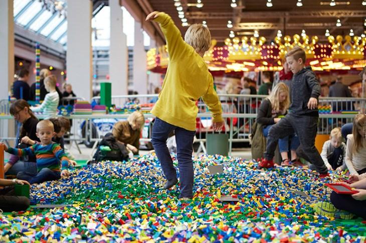 Barn leger med lego til legoworld