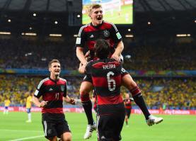 Toni Kroos i Gjermanise feston golin