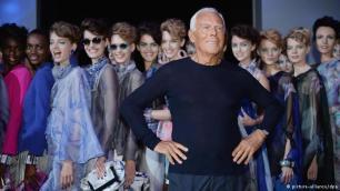 Rroba të thjeshta pune Fillimet e Giorgio Armanit ishin modeste. Ai lindi në vitin 1934 në qytetin provincial Piacenza pranë Milanos. Ai rrjedh nga një familje e thjeshtë. Edhe sot e kësaj dite ai qëndron i tërhequr dhe pothuajse nuk shfaqet në skenën e modës. Veçoria e tij është pulovri prej kashmiri në ngjyrë blu dhe pantallonat e thjeshta prej fanellate – që i mban veshur edhe gjatë sfilatave të modës