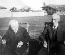 Syrja bej Vlora (majtas) dhe Abdi bej Toptani (djathtas), rreth gjysmës së dytë të viteve '30, në afërsi të Tiranës.