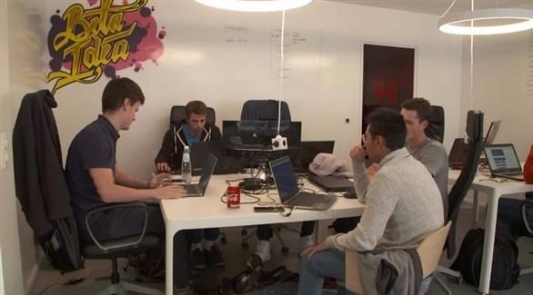 مجموعة من الطلاب أثناء البرمجة