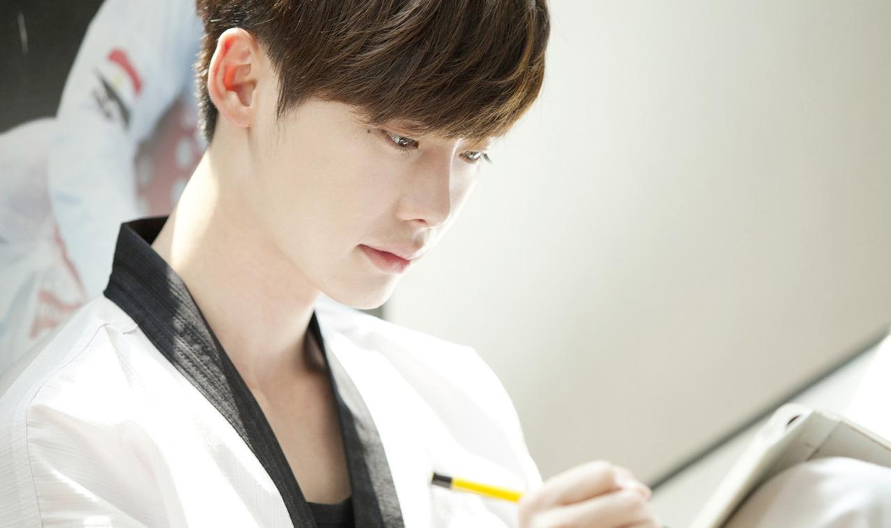 Soo-ha takes up taekwondo and writes on a notebook Hye-sung left behind 10 years ago.