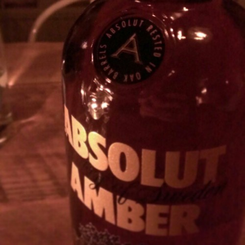 First taste: Absolut Amber, barrel aged vodka.  @absolutvodka_us (at Tomarps Gårdshotell)