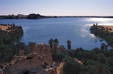 Alimentado por águas subterrâneas pré-histórico, Lago Yoa (acima) no remoto norte do Chade, tem persistido apesar de milhares de anos de seca constante e calor escaldante.