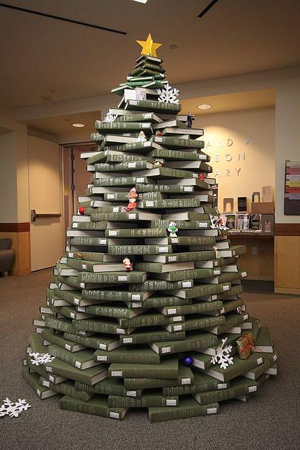 Árbol de Navidad formado por libros desde la base