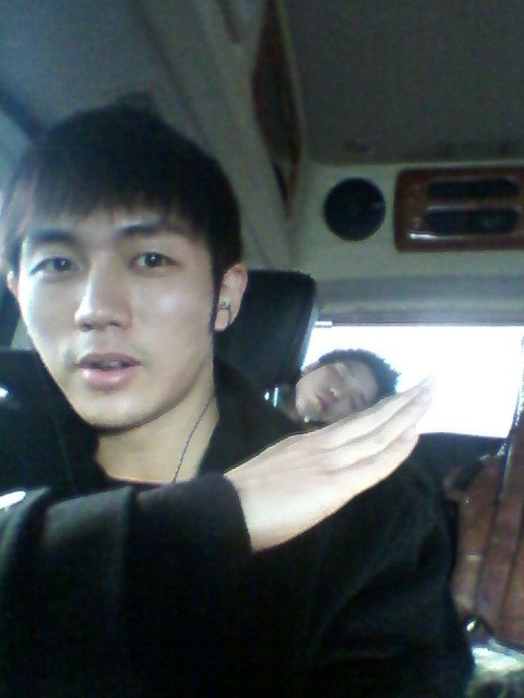 110128 Seulong's Twitter  아 흔들리는차안에서 이거찍느라고생했돠ㅡㅡㅋ 손베개하고자는 이창민선생 Ah it was difficult to take this picture in a moving carㅡㅡke Teacher Lee Changmin sleeping on my hand pillow