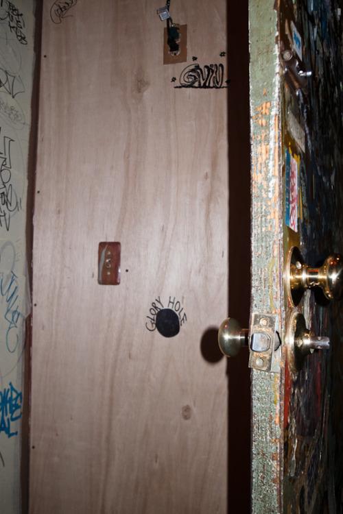 Sexo para parejas - glory hole en un armario