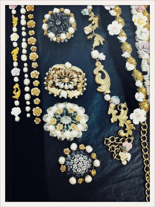 Ceintures et broches en backstage du défilé Dolce&Gabbana