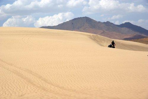 Los amantes de la arena cerca de Winnemucca traer sus vehículos fuera de carretera a las dunas de Winnemucca, un parque pequeño pero escénica sin senderos, pero un montón de paseos abierto.  Acampar es también un dunas option.These se encuentra a unos 10 kilómetros al norte de Elko, Nevada, en EE.UU. la 95.  Foto: Oficina de Administración de Tierras