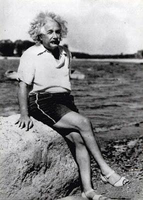 Albert Einstein em alguma praia do planeta Terra.