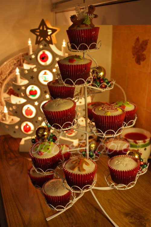 itsalittlechilly:  Christmas Cupcake Tree ….. (by abbietabbie)