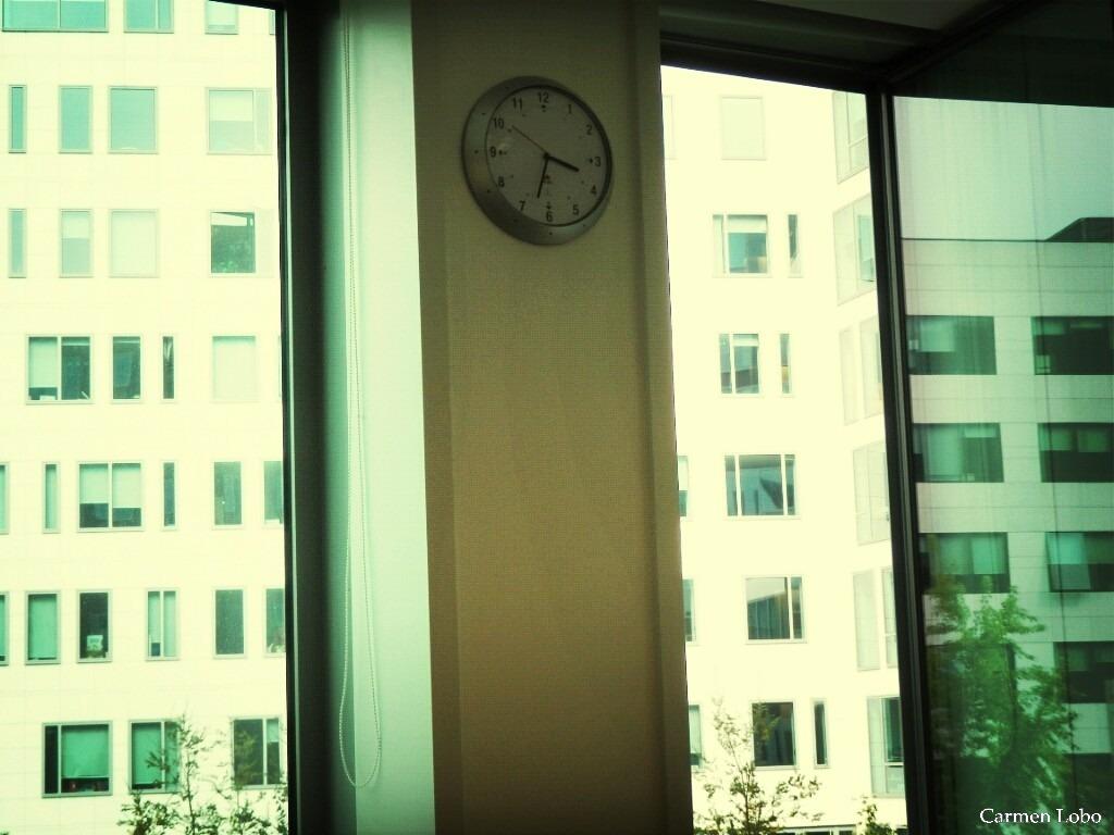 """AMOR, DE TARDE""""Es una lástimaque no estés conmigocuando miro el reloj y son las cuatroy acabo la planilla y pienso diez minutosy estiro las piernas como todas las tardesy hago así con los hombros para aflojar la espalday me doblo los dedos y les saco mentiras.""""Mario Benedetti"""