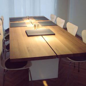 Esstisch aus Eichenholz mit weißem Gestell