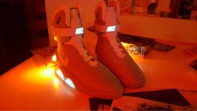 Zelfstrikkende schoenen uit de film Back to the Future tijdens het bedrijfsfeest