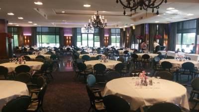 De tafels voor de deelnemers aan het congres staan klaar