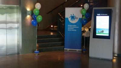 Banners en ballonnen staan naast de trap opgesteld