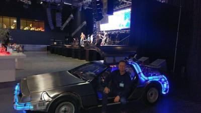 Back to the Future DeLorean poseren in de auto