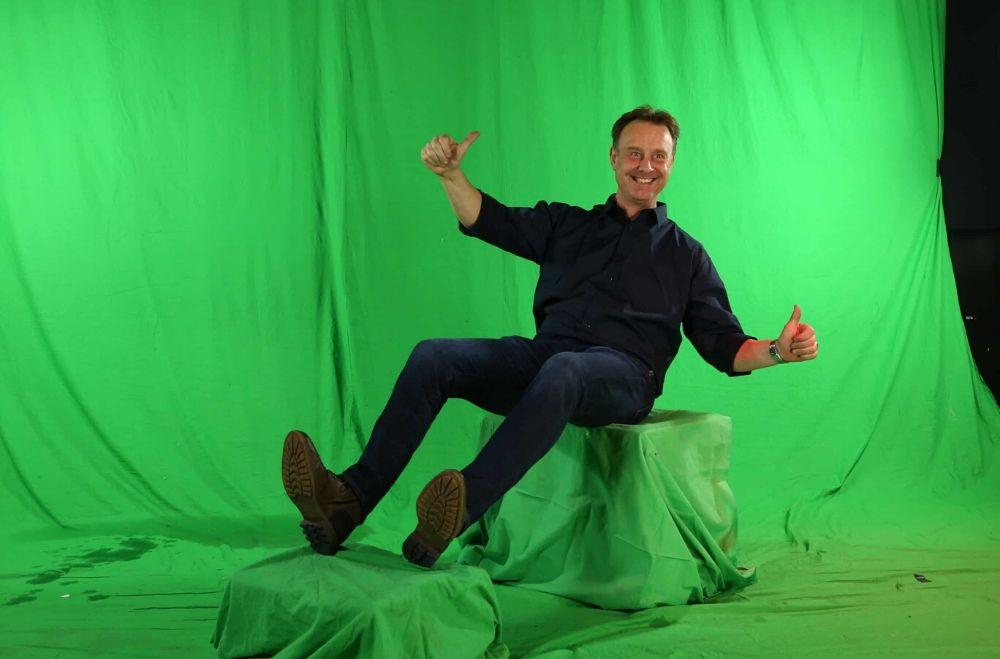 Greenscreen foto studio huren. Poseren voor de camera voor een achtergrond