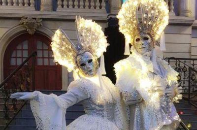 Een gemaskerd feest als bedrijfsfeest of personeelsfeest Venetiaanse steltlopers voor gemaskerd feest