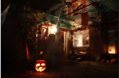 Halloween feest organiseren een eng gedecoreerd huis