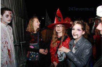 Halloween feest organiseren, mensen in ene spookhuis