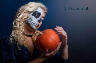 Halloween feest. Geschminkte vrouw met pompoen