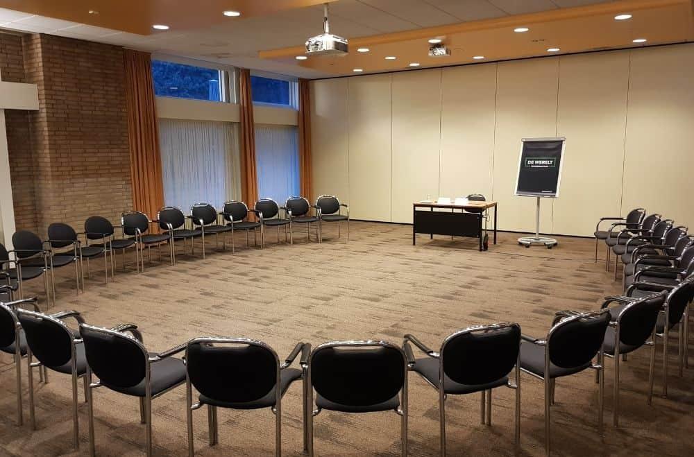 Een congres of zakelijke bijeenkomst tijdens corona organiseren. Een break-out sessie in kring opstelling