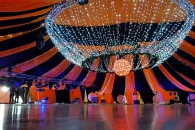 Kerstfeest zakelijk evenement personeelsfeest verlichte plafond luchtdecoratie en versiering huren organiseren afbeelding 6