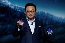 DJ Koh, Samsung president of mobile Communications, shows the Galaxy S8 and S8 + smartphones during the Samsung Unpacked event in New York City, U.S., March 29, 2017. REUTERS/Brendan McDermid