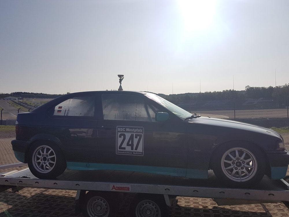 Rennwagen mit Pokal