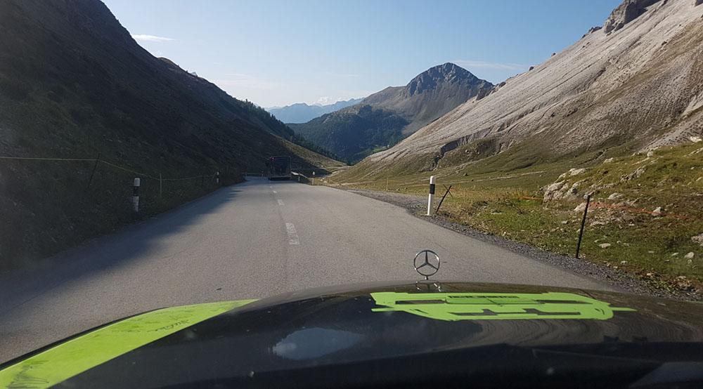 Mercedes fährt durch die Alpen