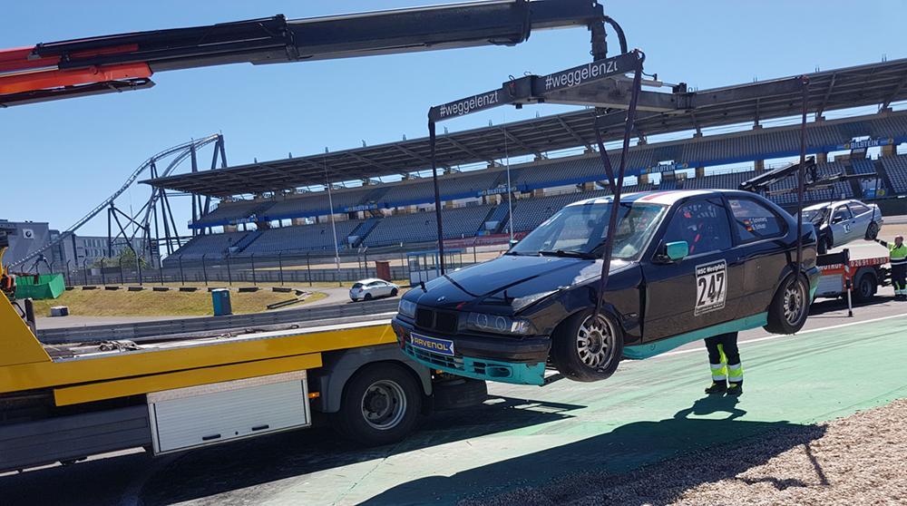BMW Rennauto Abschleppwagen