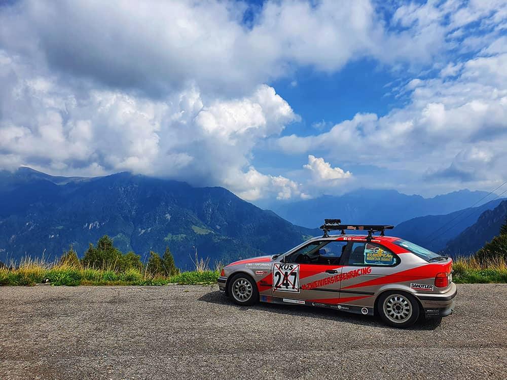 Hannelore E36 als Abenteuer Rallye Fahrzeug auf einem Alpenpass