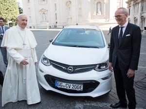 Papa a primit un automobil electric Opel Ampera-e