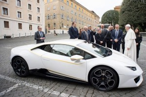 Un Lamborghini Huracan facut cadou Papei a fost vandut la licitatie