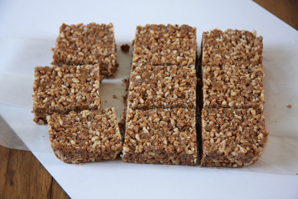Almond Mocha Protein Rice Bars // 7 ingredients, 8 g protein per bar, and perfect mocha taste I 24 Carrot Life