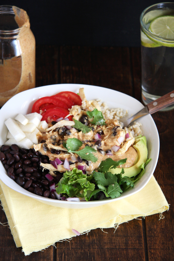 Chicken & Black Bean Burrito Bowl // 24 Carrot Life. Can easily be made vegetarian/vegan and a great make-ahead lunch option for the week.