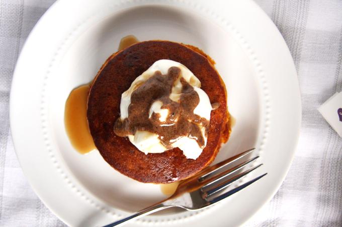 Paleo Pumpkin Pie Pancakes // 24 Carrot Life #paleo #pumpkin #pumpkinpie #healthyeats