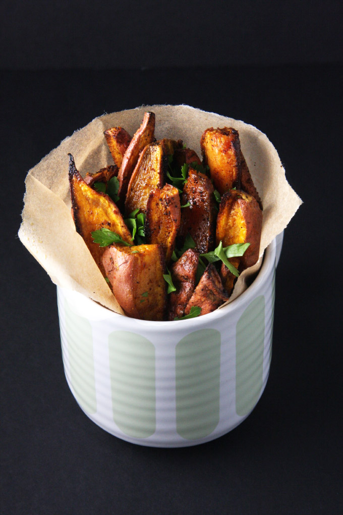 Spicy Baked Sweet Potato Fries // 24 Carrot Life #sweetpotato #fries #healthy
