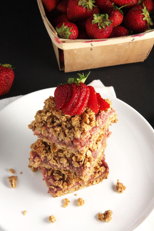 Strawberry Rhubarb Oat Bars // 24 Carrot Life #healthy #strawberry #oats #vegan #glutenfree